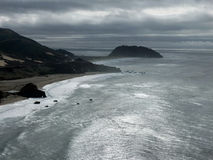Kalifornisk kust för en storm Arkivbilder
