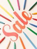 Kaligrafii literowania sprzedaż na białym tle między markierami Obraz Royalty Free