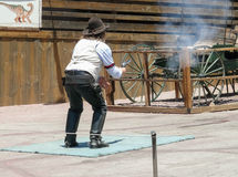 Kaliko-Geisterstadt - Cowboyschießen mit Gewehr Lizenzfreie Stockfotos