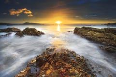 海挥动鞭子线在海滩的冲击岩石 库存图片