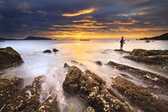 海挥动鞭子线在海滩的冲击岩石 免版税库存图片