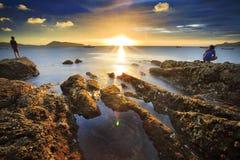 海挥动鞭子线在海滩的冲击岩石 免版税库存照片