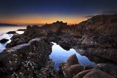 在日出的浪潮水池在kalim海滩 免版税库存照片