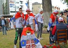 Kaliningrad, Ρωσία Ανεμιστήρες της εθνικής ομάδας της Σερβίας στη λεωφόρο Leninsky Το Παγκόσμιο Κύπελλο της FIFA στη Ρωσία Στοκ φωτογραφίες με δικαίωμα ελεύθερης χρήσης