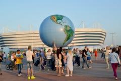 Kaliningrad, Ρωσία Οι οπαδοί ποδοσφαίρου υποστηρίζουν το διογκώσιμο πρότυπο της σφαίρας στα πλαίσια του βαλτικού σταδίου χώρων Η  Στοκ Εικόνες