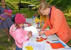 Kaliningrad, Ρωσία Ο δάσκαλος παρουσιάζει στην παραγωγή παιδιών applique Κύρια κατηγορία παιδιών ` s υπαίθρια Στοκ Φωτογραφία