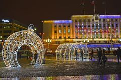 Kaliningrad, Ρωσία Το να λάμψει του νέου έτους τοπίο στα πλαίσια του Δημαρχείου Τετράγωνο νίκης στοκ φωτογραφία με δικαίωμα ελεύθερης χρήσης