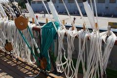 KALININGRAD, ΡΩΣΙΑ - 19 ΙΟΥΝΊΟΥ 2016: Belaying καρφίτσες χάλυβα στη βάρκα Kruzenshtern στο θαλάσσιο λιμένα Kaliningrad Στοκ Εικόνα