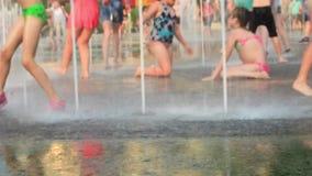 Kaliningrad 2019 dzieci i dorosli kąpać w miasto fontannie zbiory wideo