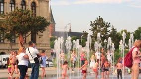 Kaliningrad 2019 dzieci i dorosli kąpać w miasto fontannie zdjęcie wideo