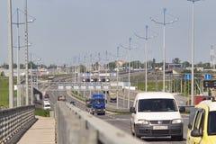 Kaliningrad 2019 eine lebhafte Bahn mit Autogesamtplan stockbild