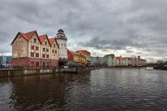 Kaliningrad, Federazione Russa - 4 gennaio 2018: Villaggio dell'industria della pesca sul fiume di Pregolya immagini stock