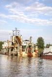 Kaliningrad Flod Pregolya Åtskillig självgående dredger royaltyfri fotografi