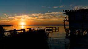 Kaliningrad, periferia, tramonto, baia del Mar Baltico Fotografia Stock