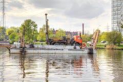 Kaliningrad Port de cargaison Installation de perceuse sur une péniche photographie stock libre de droits