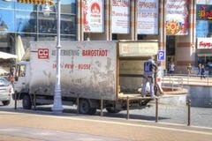 Kaliningrad Pracownik rozładowywa maszynę Zdjęcie Royalty Free