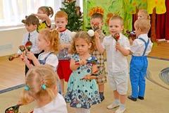 Kaliningrad, Rússia As crianças pequenas jogam as colheres de madeira Um desempenho da manhã no jardim de infância Imagem de Stock