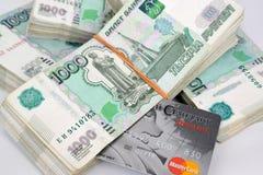 Kaliningrad, Rússia Blocos de notas de mil-rublo e cartão plástico do padrão do russo do banco Fotos de Stock