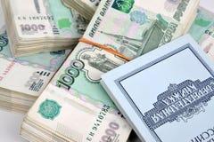 Kaliningrad, Rússia Blocos do livro das notas e das economias de mil-rublo de Sberbank de Rússia Fotografia de Stock Royalty Free