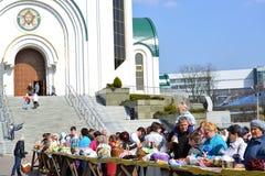 Kaliningrad, Rússia A consagração da Páscoa endurece sobre a catedral de Cristo o salvador em Kaliningrad Tradição da Páscoa Fotos de Stock Royalty Free