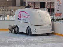 Kaliningrad, Rússia - 30 de janeiro de 2019: Gelo branco que resurfacing a máquina fotografia de stock