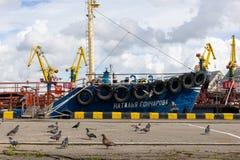 Kaliningrad, Rússia - 8 de julho de 2019: Navios e guindastes de carga no porto de pesca principal do mar foto de stock