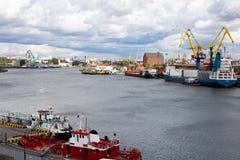 Kaliningrad, Rússia - 8 de julho de 2019: Navios e guindastes de carga no porto de pesca principal do mar fotos de stock