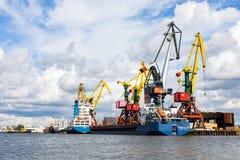 Kaliningrad, Rússia - 8 de julho de 2019: Navios e guindastes de carga no porto de pesca principal do mar imagem de stock royalty free