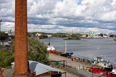 Kaliningrad, Rússia - 8 de julho de 2019: Navios e guindastes de carga no porto de pesca principal do mar imagens de stock royalty free