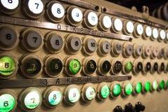 KALININGRAD, RÚSSIA - 12 DE JUNHO DE 2017: As fileiras dos botões brancos e verdes, iluminadas ou não, com números, uma maquinari Fotografia de Stock