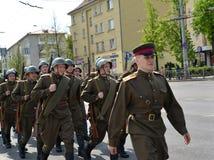 KALININGRAD, RÚSSIA - 9 DE MAIO DE 2015: Grupo de soldados em um milit Imagens de Stock