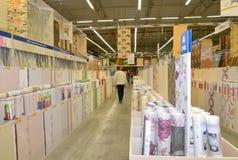 KALININGRAD, RÚSSIA - 27 DE MAIO DE 2015: No departamento do parede-papel Imagens de Stock Royalty Free