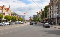 Kaliningrad, Rússia - 8 de maio de 2019: Rua principal da cidade antes de Victory Day imagem de stock royalty free