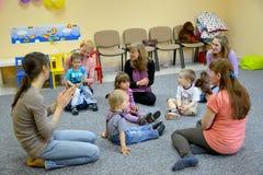 Kaliningrad, Rússia Jogo comum das crianças com pais no estúdio do desenvolvimento criativo Fotos de Stock