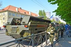 Kaliningrad, Rússia O pessoal militar passa pelo ` tático do ponto U do ` do sistema de mísseis em Sovetsk o prospeto após o pa fotografia de stock royalty free