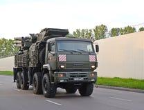 Kaliningrad, Rússia O sistema da arma da defesa aérea do míssil do míssil terra-ar Armour-C1 com base no caminhão de KamAZ move-s foto de stock