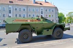 Kaliningrad, Rússia O veículo blindado da gestão em Sovetsk o prospeto após a parada em honra de Victory Day fotografia de stock
