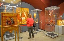 Kaliningrad, Rússia O visitante considera um ícone ambarino em uma exposição no museu do âmbar foto de stock
