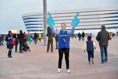 Kaliningrad, Rússia O voluntário da menina do campeonato do mundo 2018 de FIFA na perspectiva do estádio Báltico da arena imagens de stock royalty free