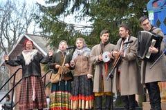 Kaliningrad, Rússia Os atores do conjunto amador falam no parque na celebração de Maslenitsa foto de stock
