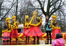 Kaliningrad, Rússia Os atores do conjunto nacional do folclore do russo da juventude atuam no feriado de Maslenitsa foto de stock royalty free