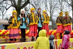 Kaliningrad, Rússia Os atores do conjunto nacional do folclore do russo da juventude cantam a música no feriado de Maslenitsa foto de stock