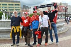 Kaliningrad, Rússia Os fãs sérvios e suíços são fotografados em Victory Squares, Kaliningrad O campeonato do mundo de FIFA em Rús fotos de stock royalty free