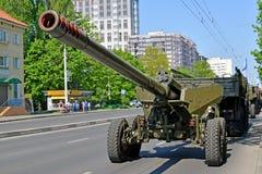 Kaliningrad, Rússia os 152 milímetros rebocaram a arma do jacinto B, 2A36 em Sovetsk o prospeto de Kaliningrad após a parada em h imagem de stock