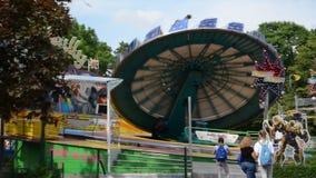 Kaliningrad, Rússia Um carrossel da atração do ` da sarjeta de Hully do ` no Central Park vídeos de arquivo