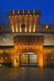 Kaliningrad, Rússia Uma entrada ao museu de ambarino uma torre 'de Der Don 'com iluminação festiva imagens de stock royalty free
