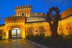 Kaliningrad, Rússia Uma entrada ao museu de ambarino uma torre 'de Der Don 'com iluminação de nivelamento foto de stock royalty free