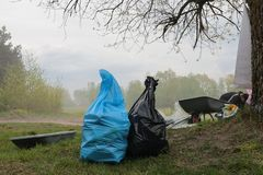 Kaliningrad, R?ssia - 18 de maio de 2019: Evento ecol?gico na costa de mar B?ltico, linha costeira de limpeza dos povos do lixo fotos de stock