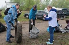 Kaliningrad, R?ssia - 18 de maio de 2019: Evento ecol?gico na costa de mar B?ltico, linha costeira de limpeza dos povos do lixo fotografia de stock royalty free
