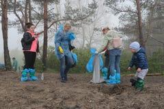 Kaliningrad, R?ssia - 18 de maio de 2019: Evento ecol?gico na costa de mar B?ltico, linha costeira de limpeza dos povos do lixo imagens de stock royalty free